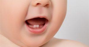 Kad će bebi izrasti prvi zub?